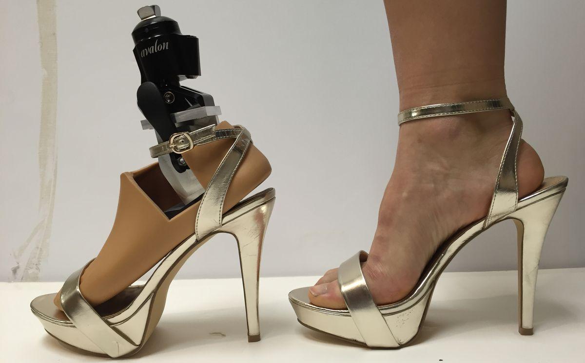 Студенты американского университета сконструировали протез для ношения шпилек