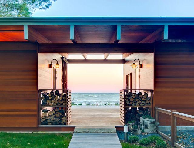 Крытый проем в пляжном домике с видом на озеро Мичиган
