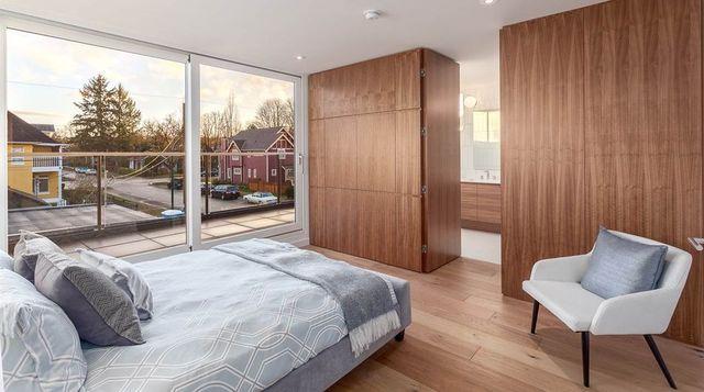 Спальная комната с выходом на балкон