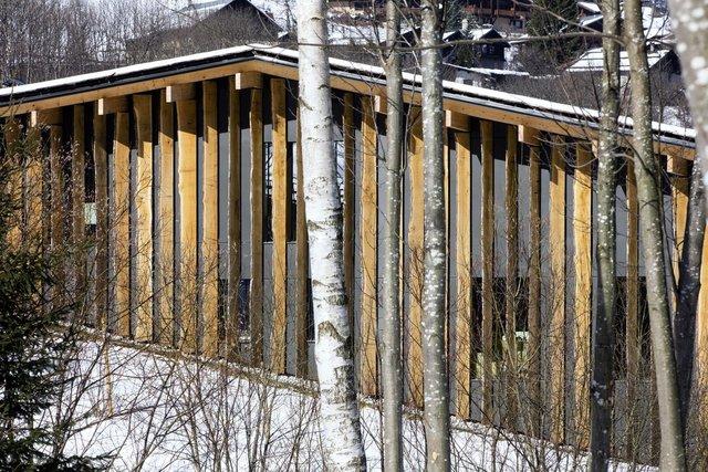 В обшивке и отделке крыши используется необрезная дубовая доска