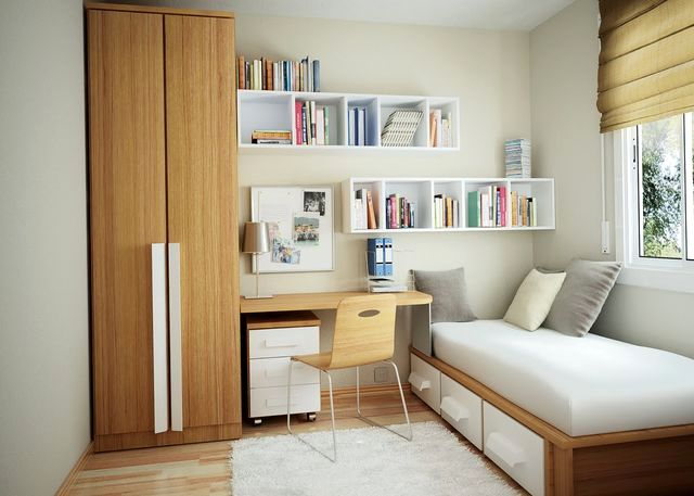 Высокий шкаф и кровать с шухлядами в маленькой спальне