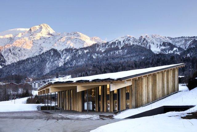 Здание на фоне лесистого горного ландшафта Французских Альп. Фото Michel Denancé